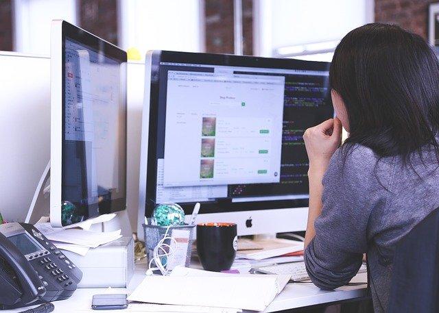 Ako si udržať správne držanie tela pri práci vkancelárii