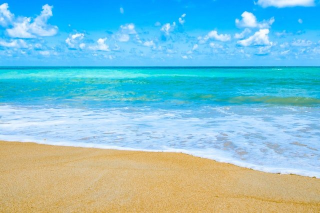 Pláž so zlatým pieskom a priezračné more