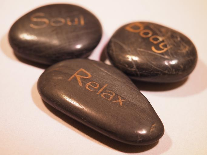 Kamene s nápisom Relax, Soul, Body