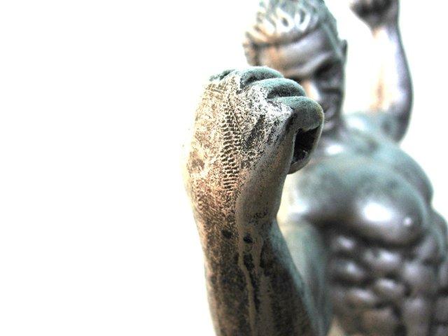 Socha muža, ktorý ukazuje svoje svaly.jpg
