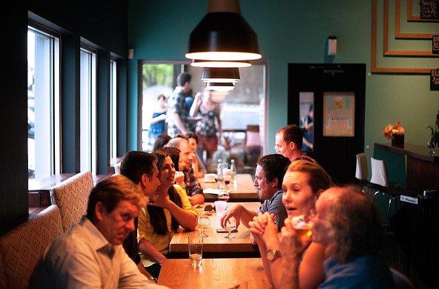 ľudia v reštaurácii.jpg