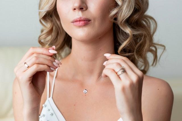 žena držiaca náhrdelník