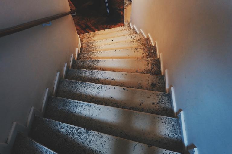 Interiérové schody, nevkusné, stiesnené.jpg