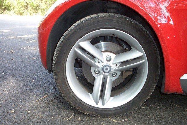 Detail na pneumatiku čierneho auta.jpg