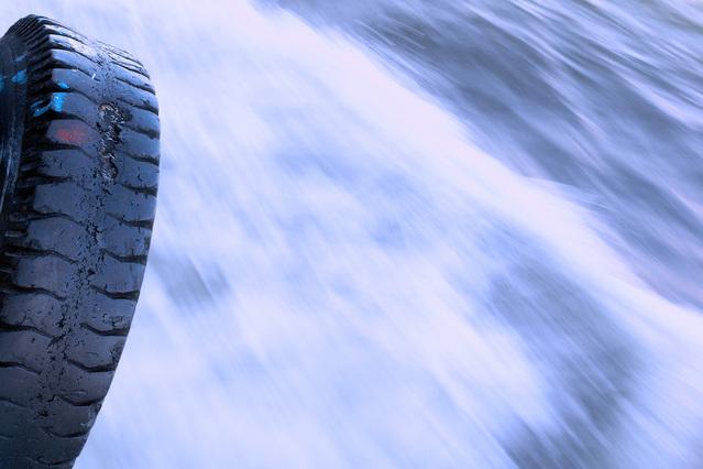 Pneumatika auta v snehovej víchrici.jpg