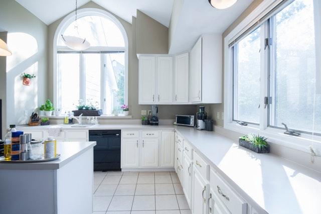 Kuchyňa ladená do bielych farieb s veľkými oknami.jpg