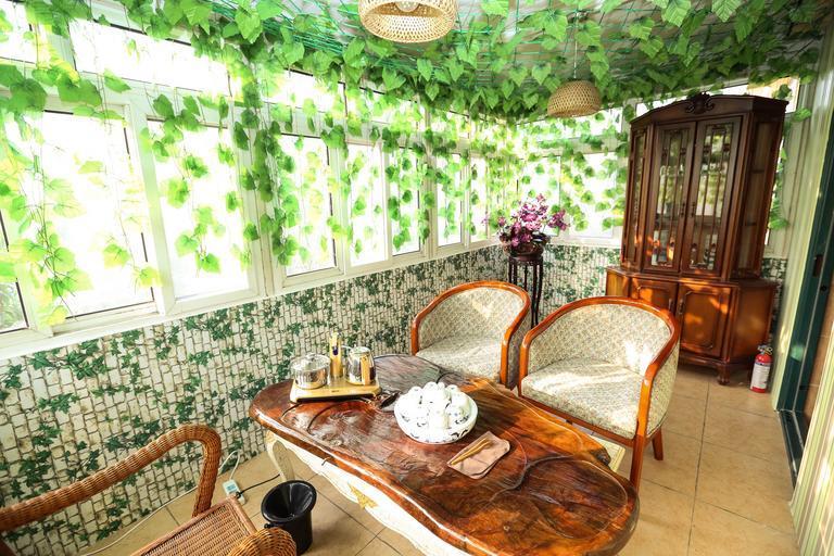 Terasa s veľkými oknami, nábytkom a množstvom zelene.jpg