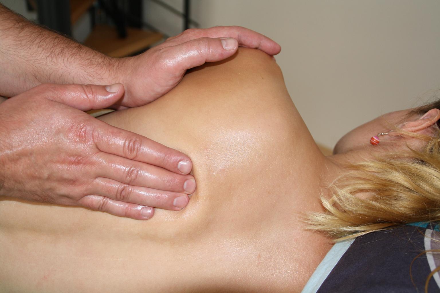 masáž chrbta, blondýna